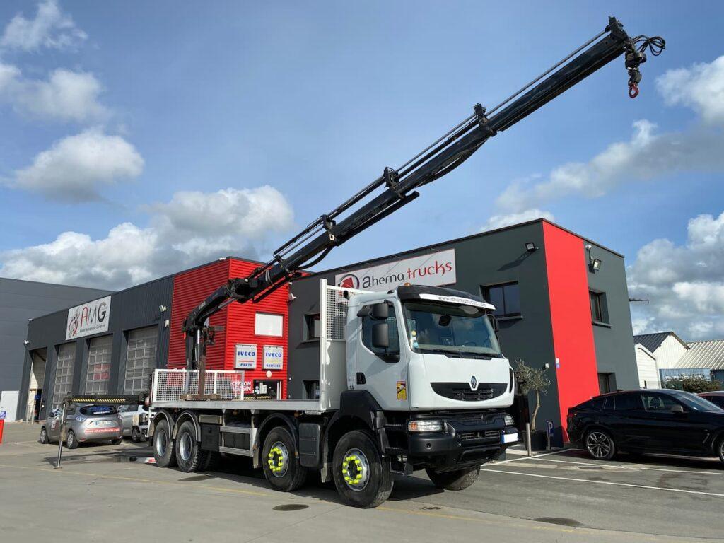 Photo de présensation du garage Ahema Trucks avec un camion Renault mise en vente et à la location.
